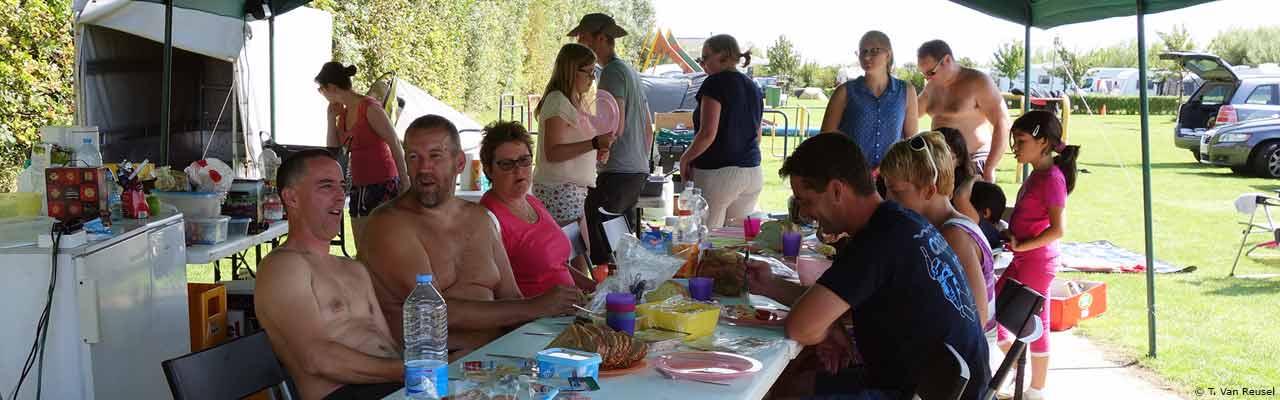 Gezellig samenzijn tijdens het zomerkamp - T. Van Reusel